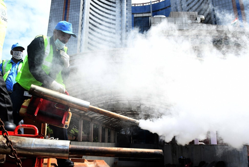 In India, workers fumigate during the launch of a campaign against dengue, malaria and Chikungunya virus, in New Delhi, in August 2020. Photo: EPA-EFE/STR