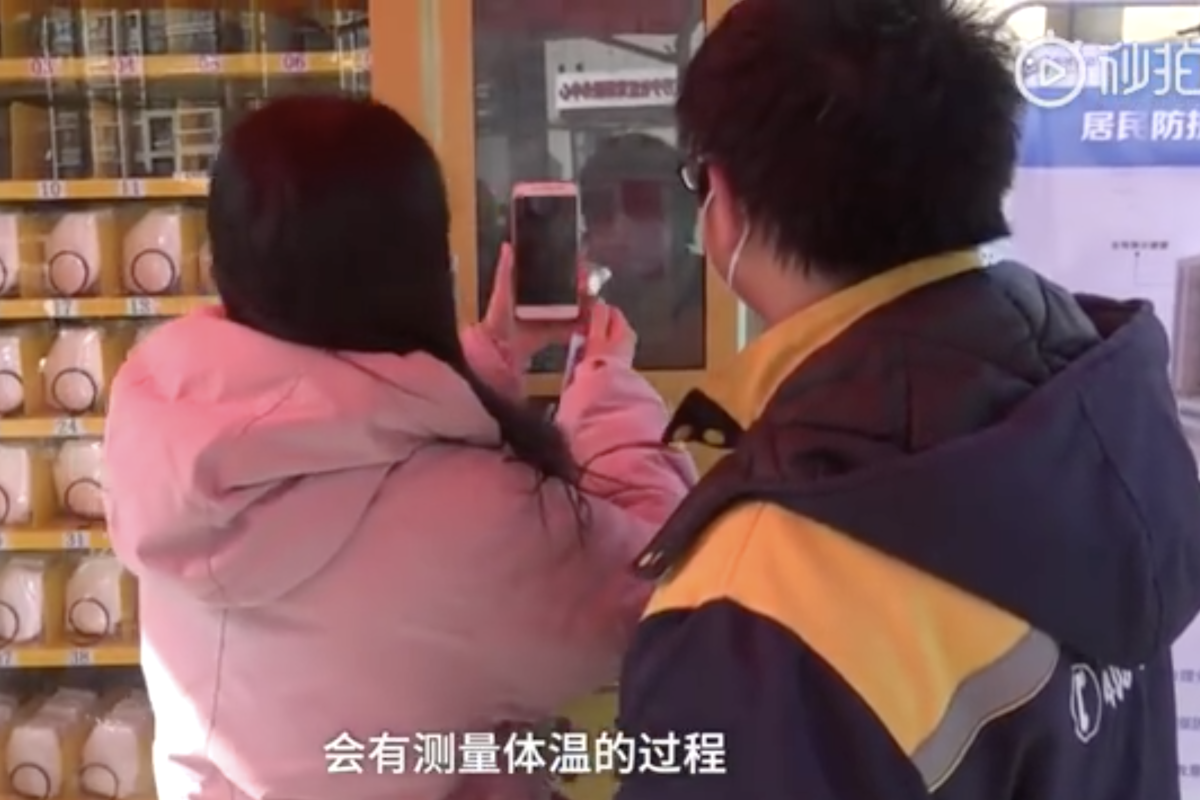 After having their national ID scanned, buyers can pay for masks with WeChat Pay or Alipay. (Picture: Pear Video)