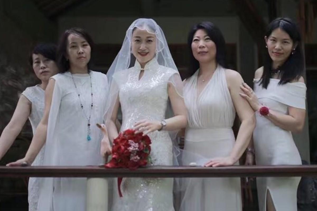 5e60fa74dfc Feng Jinjin (centre) divorced her husband after reading Joy Chen s Do Not  Marry Before
