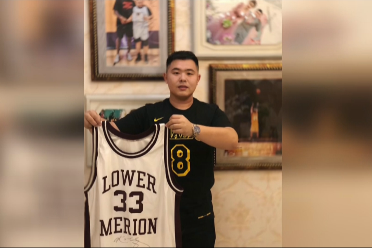 27f6090a83c Liu Zhe poses with Kobe Bryant s high school shirt which was stolen by  thieves in 2017