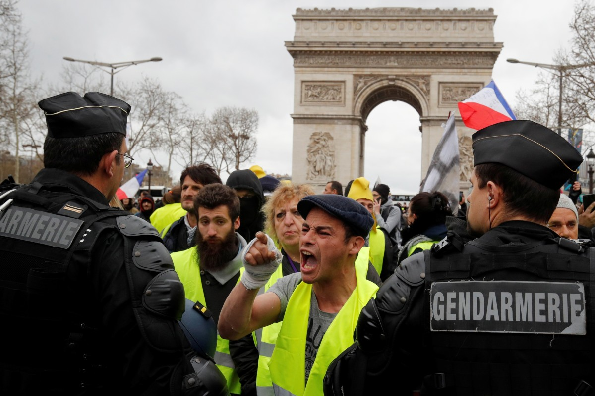 French Paris Loot 'yellow Vest' Fire Police As Tear Gas Protesters shQCrdtx