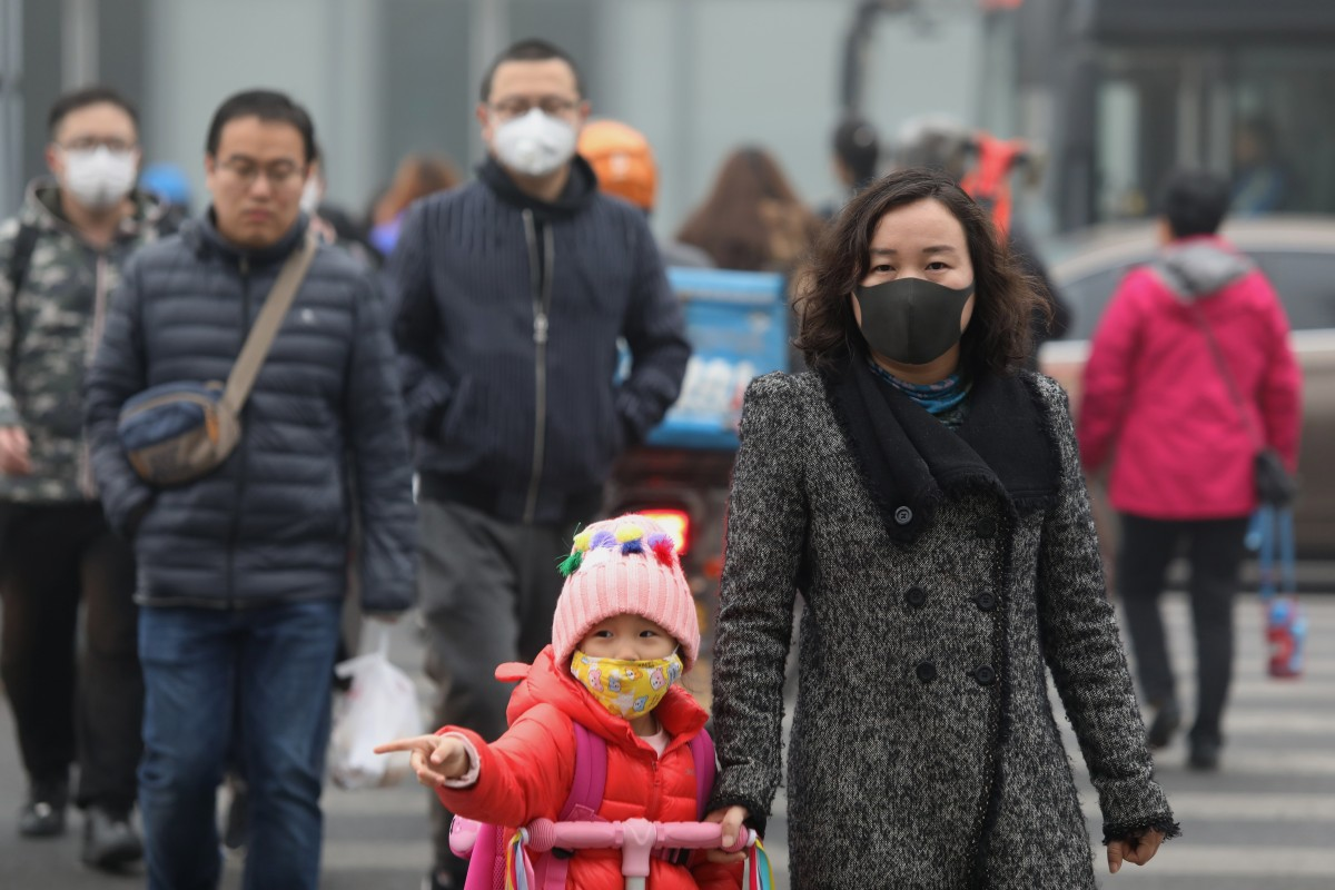 Beijing residents wearing masks on a smoggy day last year. Photo: Simon Song