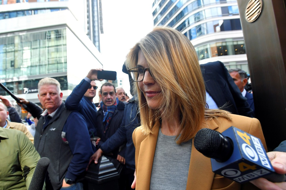 ccdd4db3701 Lori Loughlin leaves the federal courthouse after facing charges in a  nationwide college admissions cheating scheme