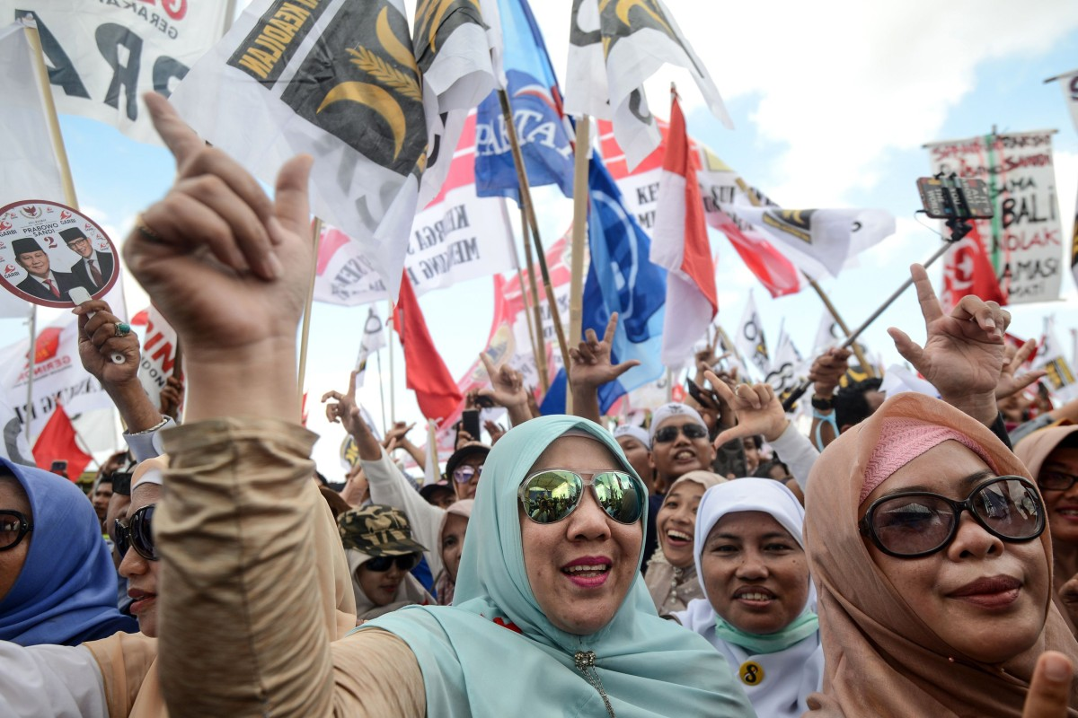 Supporters of indonesian presidential candidate prabowo subianto at a campaign rally in bali prabowo