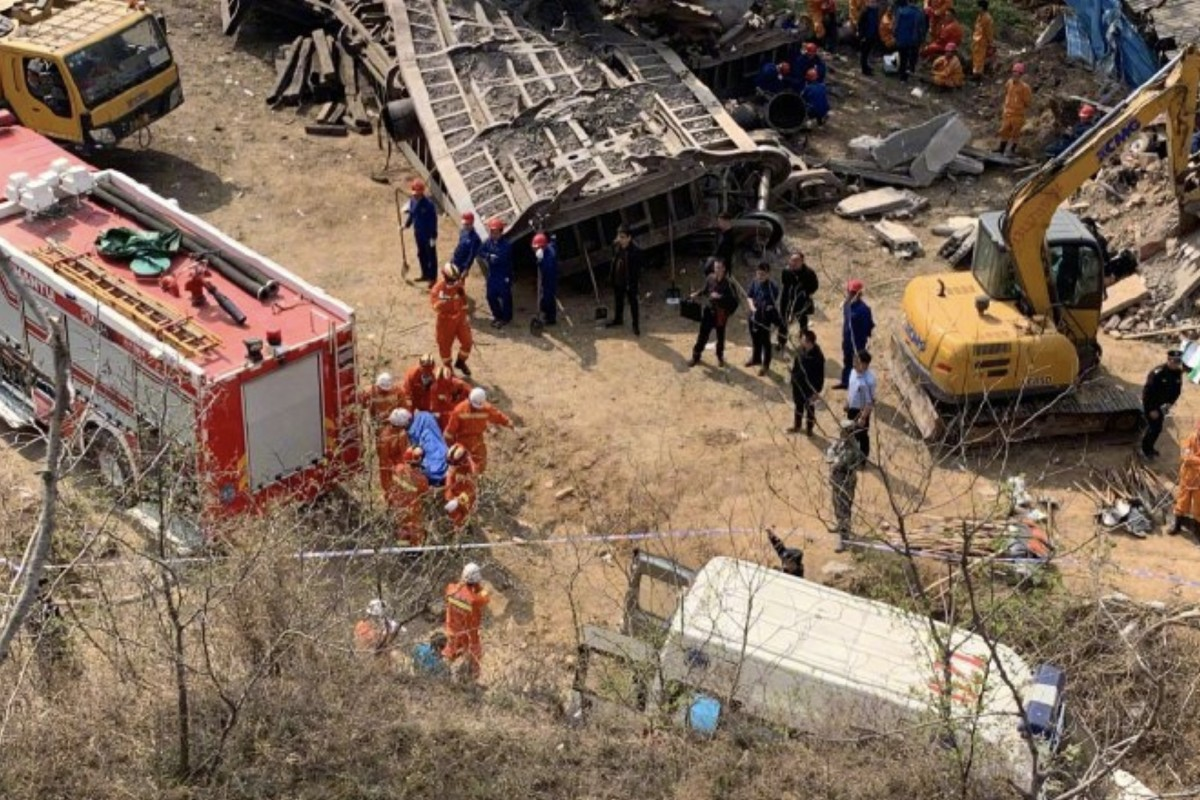4 killed, 2 missing after Chinese freight train derails, ploughs