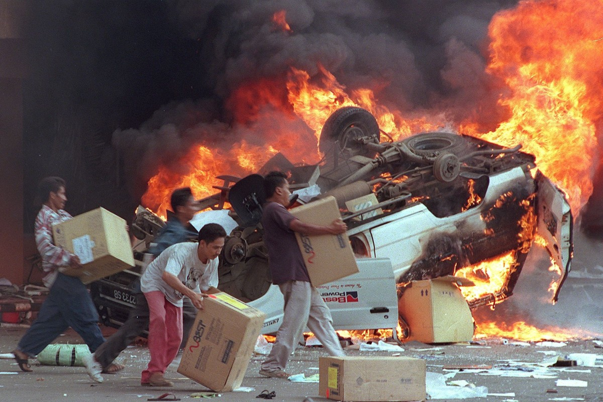 Indonesian mobs burning cars and Chinese shops as they plundered shops in Jakarta during the 1998 riots. Photo: AFP