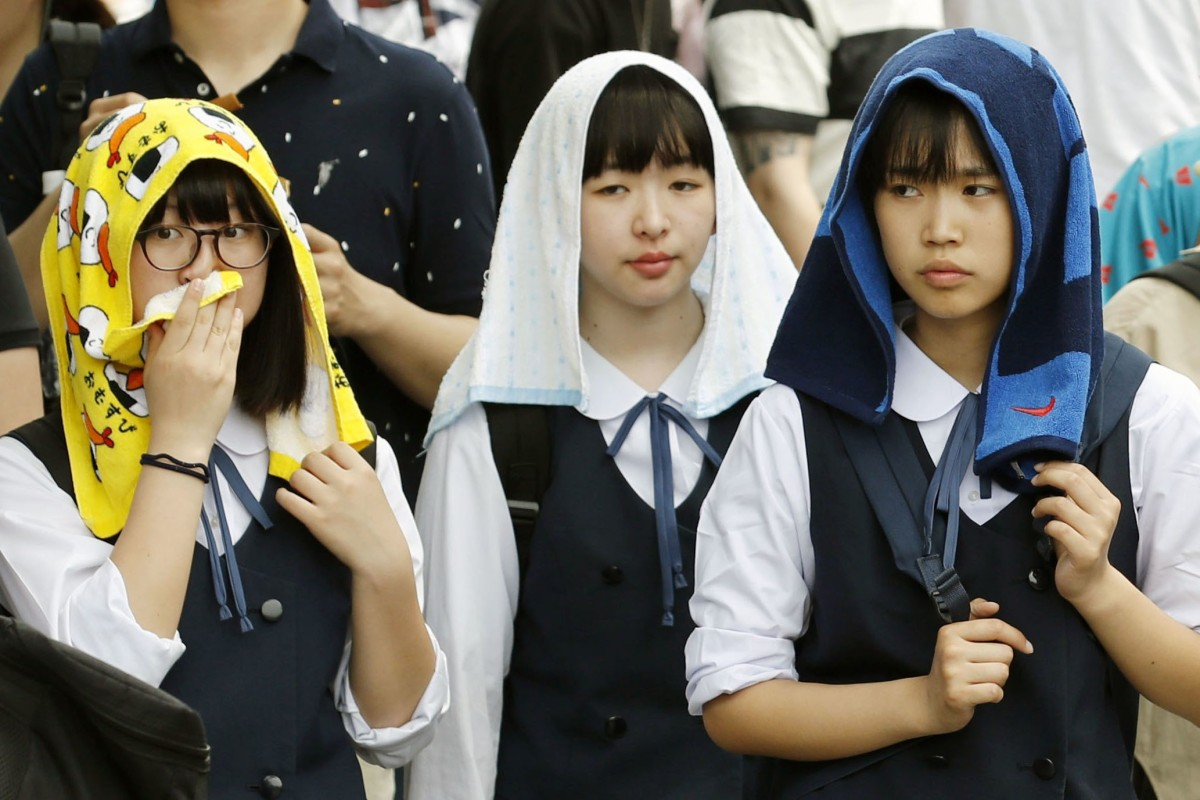 99c48311 Students in Kyoto try to beat the heat with wet towels. Photo: Kyodo