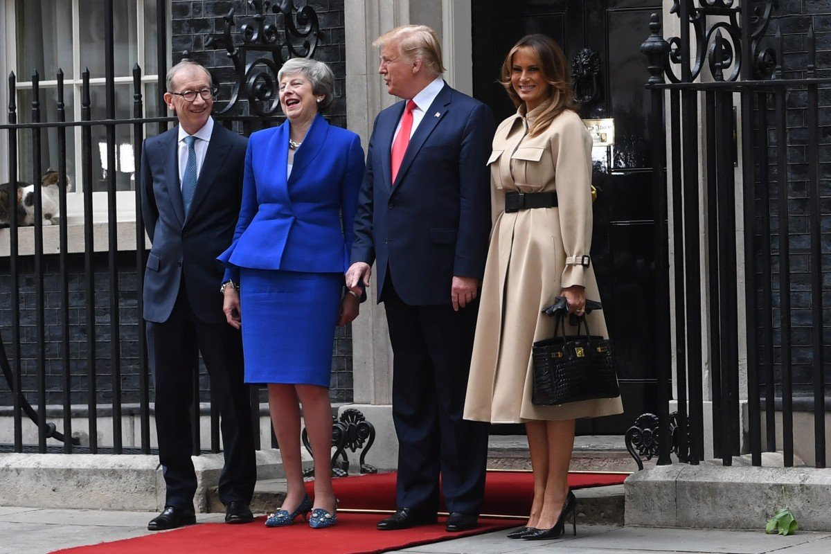 1cc32158c US president Donald Trump and his wife Melania (right) are welcomed by  Britain's Prime