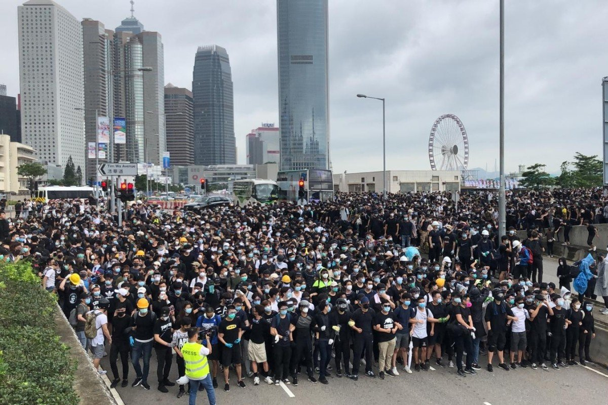 Hong Kong extradition bill: thousands of protesters block city