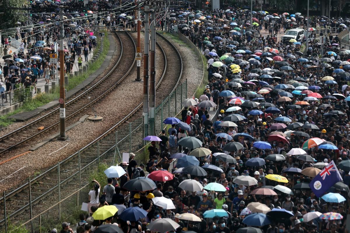 Hong Kong police adopt new tac...