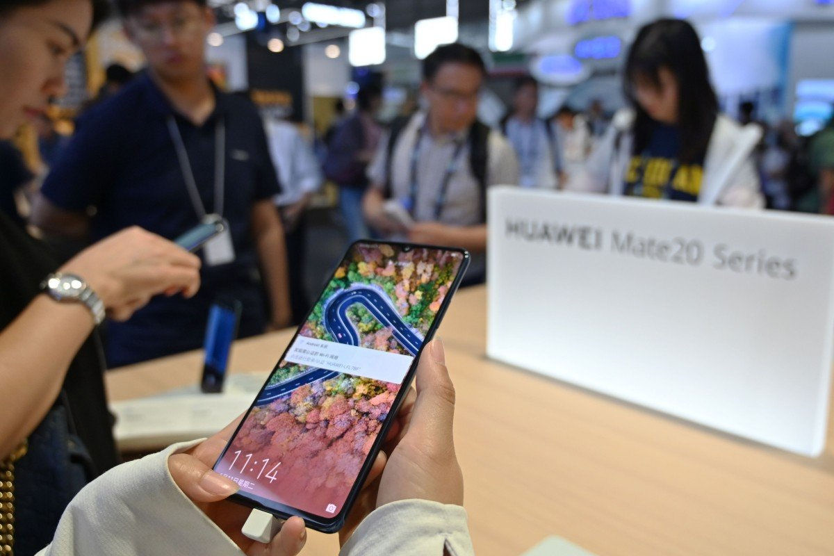 China's smartphone shipments beat expectations but decline continues