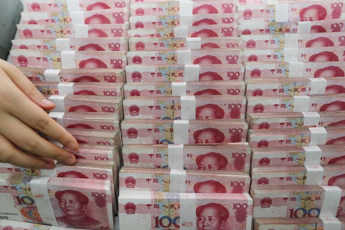 A teller counts yuan at a bank in Lianyungang, in east China's Jiangsu province, in August 2015. Photo: AFP