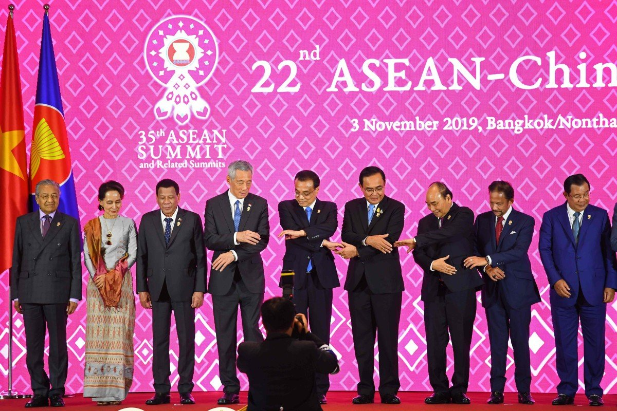 China's Premier Li Keqiang (centre) poses for a group photo at the 22nd Asean-China Summit in Bangkok last November. Photo: AFP