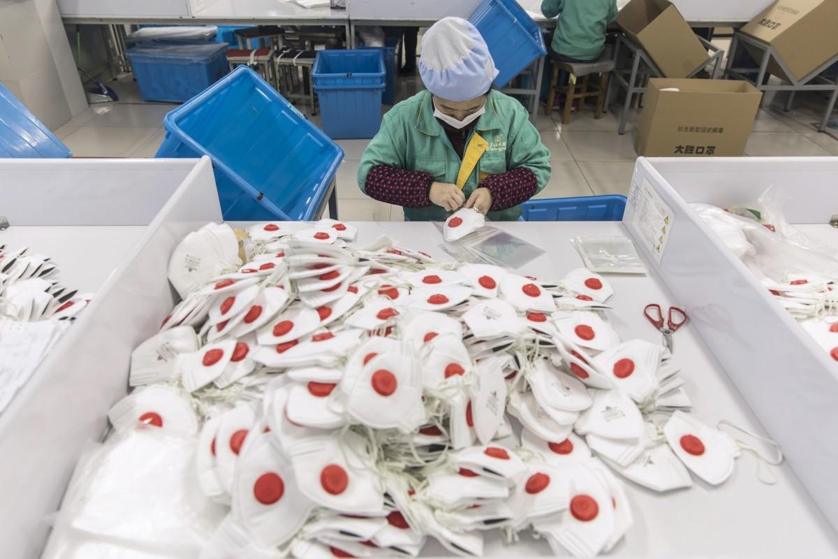 Masker wajah pelindung dibuat di sebuah pabrik di Shanghai, China.