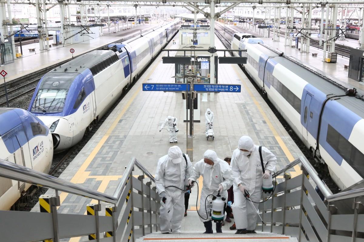 Pekerja menyemprotkan desinfektan di stasiun Seoul.