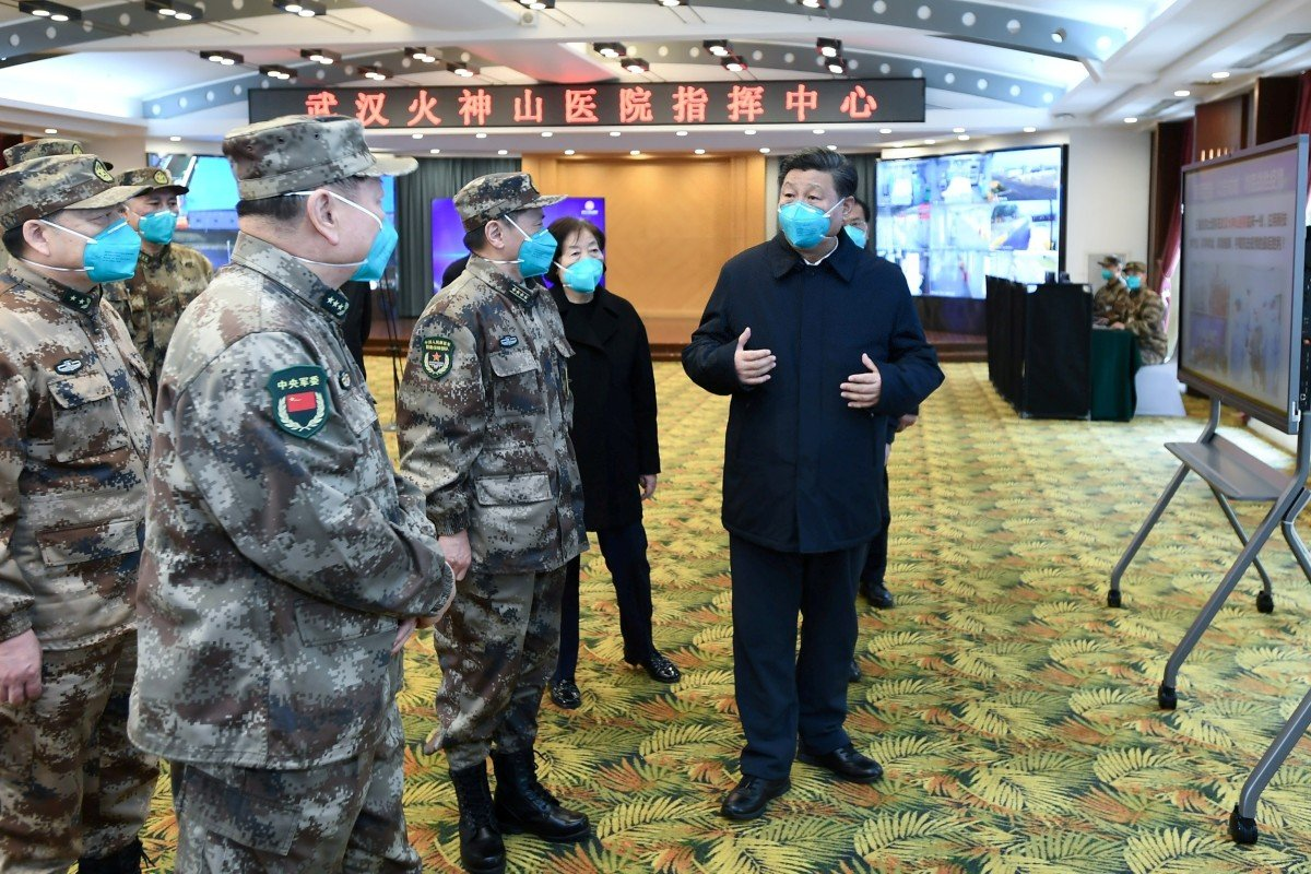 Президент Китая Си Цзиньпин беседует с военными в госпитале Хуошэньшань в Ухани. Фото: Reuters