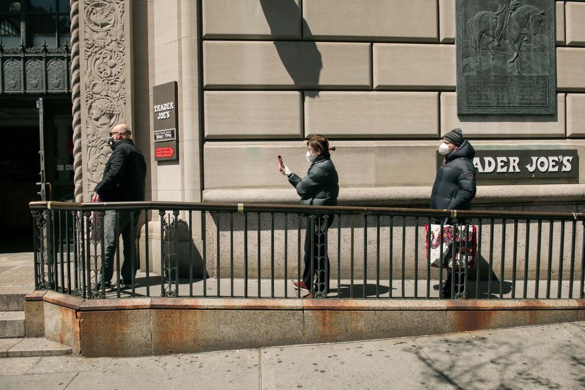Les acheteurs de supermarchés à New York se distinguent les uns des autres au milieu des appels à la distanciation sociale. Photo: AFP