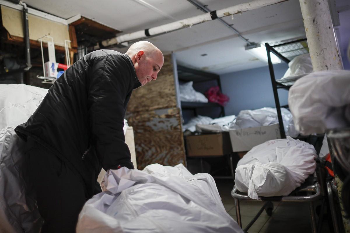 COVID-19: Nhà tang lễ New York hỗn loạn, nhân viên không thể ngủ ngon vì những cơn ác mộng đeo bám - Ảnh 2.