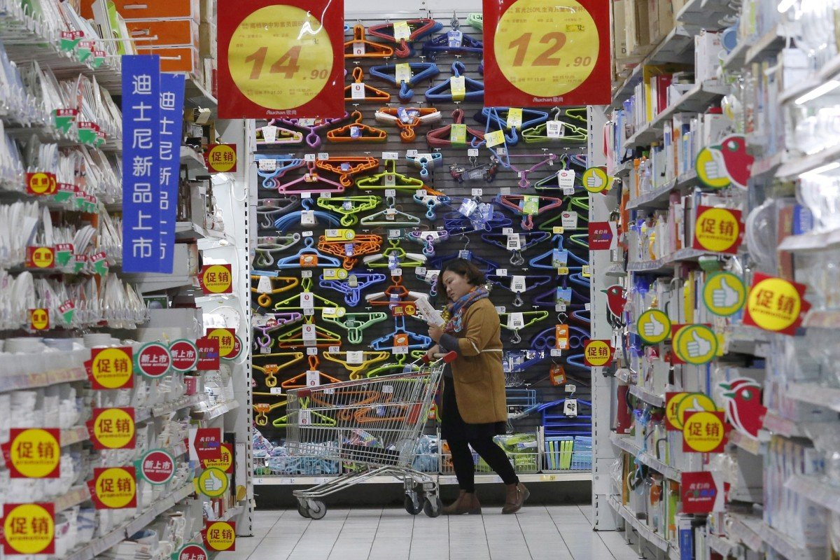 A customer pushes a shopping trolley at Sun Art Retail Group's Auchan hypermarket store in Beijing in November 2015. Photo: Reuters