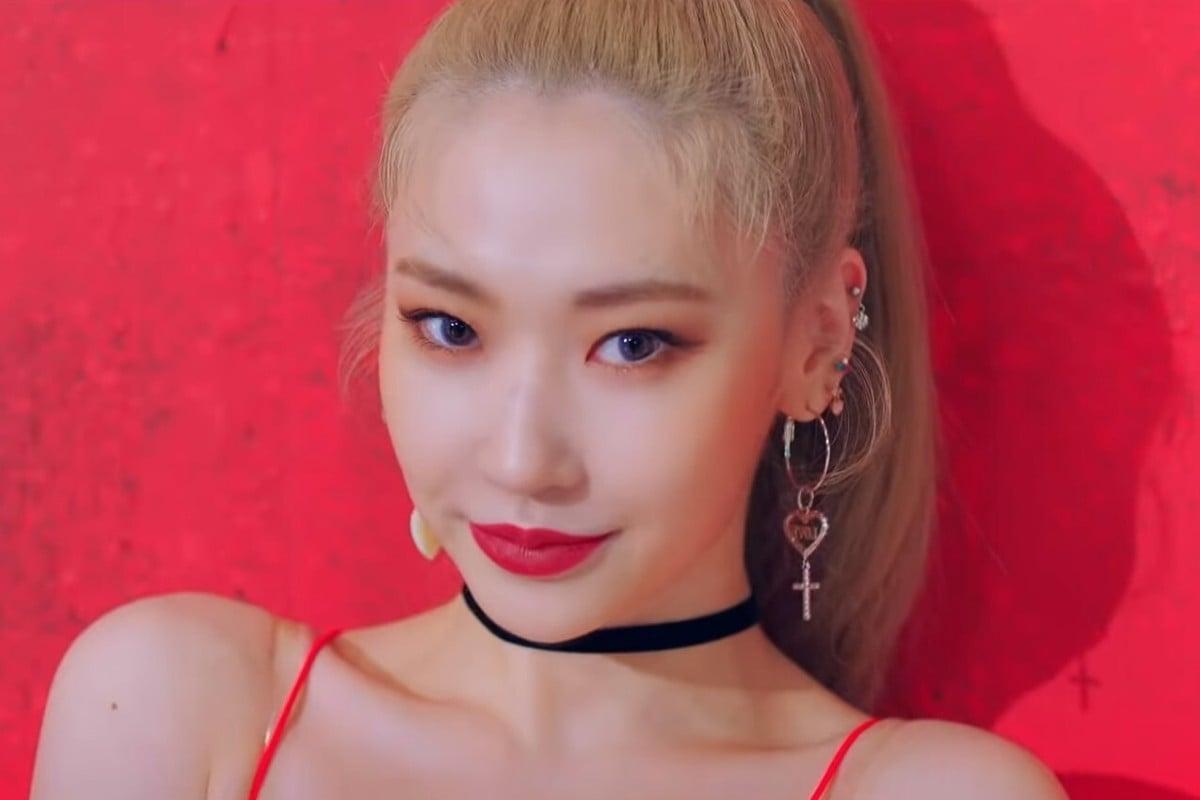 Jinny berlatih dengan anggota Blackpink tetapi tidak masuk daftar girl grup, kemudian meninggalkan agensi K-pop YG Entertainment sebelum bergabung dengan Secret Number pada tahun 2019.