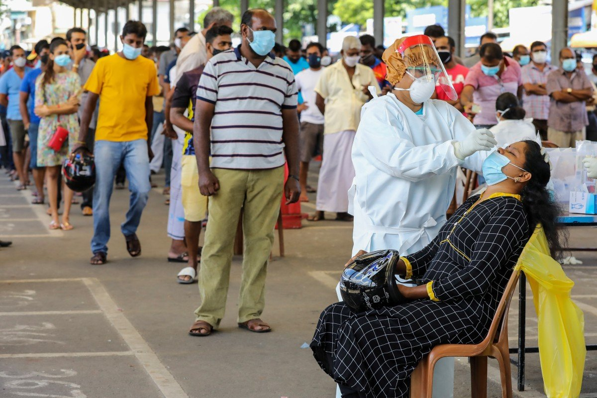 Health workers carry out coronavirus tests at a bus terminal in Colombo. Photo: EPA-EFE