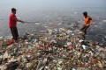 Men take part in an event to clear garbage from Lampung Bay in Sumatra, in western Indonesia, on February 21, 2019. Photo: Agence France-Presse