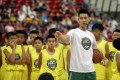 Former Toronto Raptors player Jeremy Lin, currently a free agent, talks to young Taiwanese players during a basketball clinic in Taipei. Photo: AP
