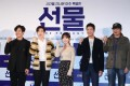 Actor Shin Ha-kyun, from left, Suho, Kim Seul-gi, Yoo Soo-bin and director Hur Jin-ho pose for pictures during a media conference for the film The Present, held at Lotte Cinema in Gwangjin-gu, Seoul. Photo: Yonhap