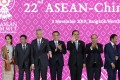 Chinese Premier Li Keqiang claps as he takes centre stage during a photo call with Asean leaders at the 35th Asean Summit in Thailand on November 3. Photo: PA-EFE