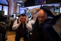 Traders on the floor of the New York Stock Exchange (NYSE) in New York, US react to the sharp drop in the price of shares. Photo: Bloomberg