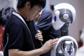 An engineer sets up a CloudMinds robot with a 5G sign before a performance at the World Robot Conference (WRC) in Beijing, China August 20, 2019. Photo: Reuters