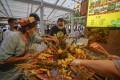 People buy snacks at the grand bazaar in Urumqi earlier this month, before the lockdown was reimposed. Photo: Xinhua