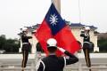Taiwanese soldiers hoist the flag of Taiwan in Taipei. Photo: EPA-EFE