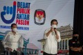 Mayoral candidate Gibran Rakabuming, the eldest son of President Joko Widodo, speaks alongside his running mate Teguh Prakosa during an election debate for mayor and deputy mayor in Solo on November 6. Photo: Reuters