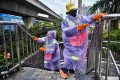 Cleaners from the Bangkok Metropolitan Authority disinfect the railings of a pedestrian bridge in the Thai capital on Wednesday. Photo: AFP
