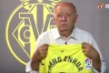 Villarreal CF vice-president Jose Manuel Llaneza holds up a shirt with the name of Zhang Enhua on it. The former China international, who died in April 2021, was a member of the club's coaching staff. Photo: Sina Weibo