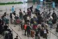 Passengers arriving at Hong Kong International Airport wait to be taken to a quarantine hotel. Photo: Felix Wong