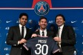 Paris Saint-Germain's Qatari President Nasser Al-Khelaifi (L) and Paris Saint-Germain's Sporting Director Leonardo Nascimento de Araujo (R) pose alongside Lionel Messi. Photo: AFP