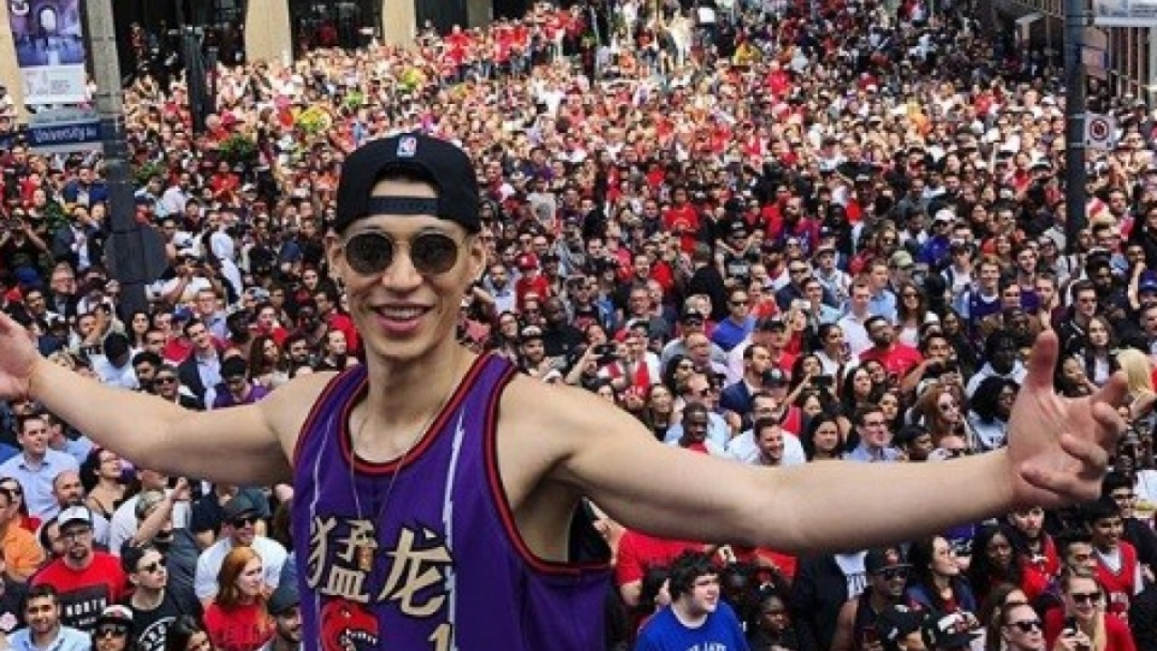 Jeremy Lin rocks vintage Chinese Raptors jersey for Toronto parade and NBA fans love it