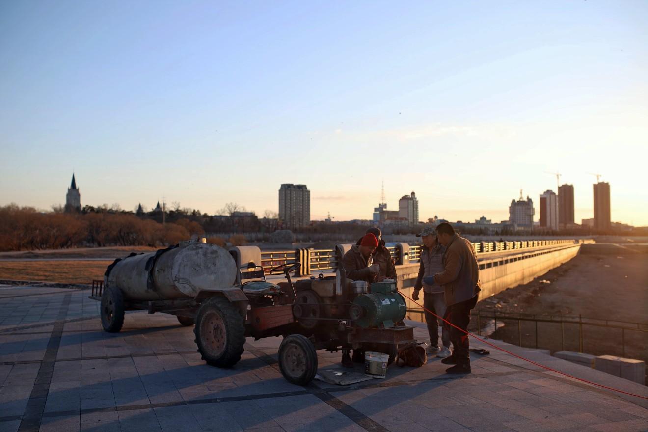 heihe_promenade_-_workers_repairing_bridge.jpg?itok=DfWpyUZG