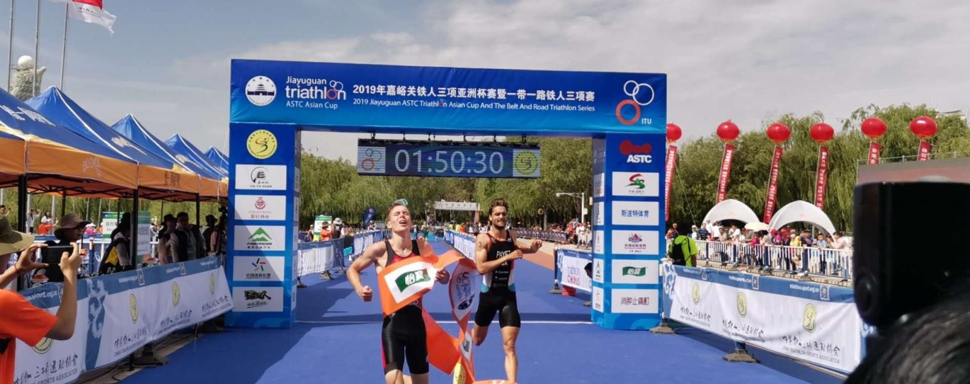 Oscar Coggins downs Gregor Payet from Luxembourg in a sprint finish at the 2019 Jiayuguan ASTC Triathlong Asia Cup. Photo: Handout