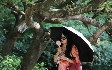A woman fans herself in Tsim Sha Tsui. Photo: May Tse