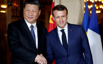 French President Emmanuel Macron shakes hands with Chinese President Xi Jinping as he arrives for a dinner at the Villa Kerylos in Beaulieu-sur-Mer, near Nice, France, on March 24. Photo: Reuters