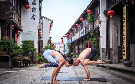 Richard Baimbridge and Sara Pei demonstrate the crow pose in Taizhou in 2018. Photo: Lin Zhi Yong