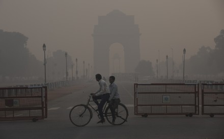 People ride through thick smog in New Delhi on November 13. Photo: Xinhua