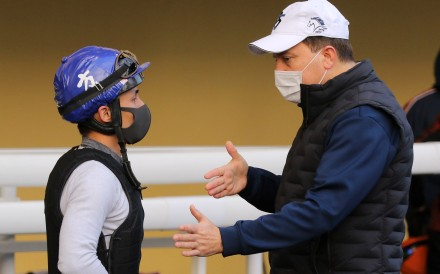 Caspar Fownes chats with Alfred Chan at the Happy Valley barrier trials on Saturday morning. Photos: Kenneth Chan