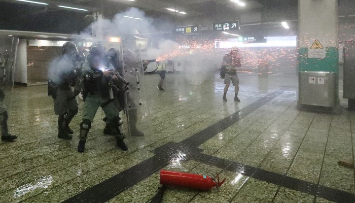 Картинки по запросу Police, protesters clash at Hong Kong airport after flights halted for second day