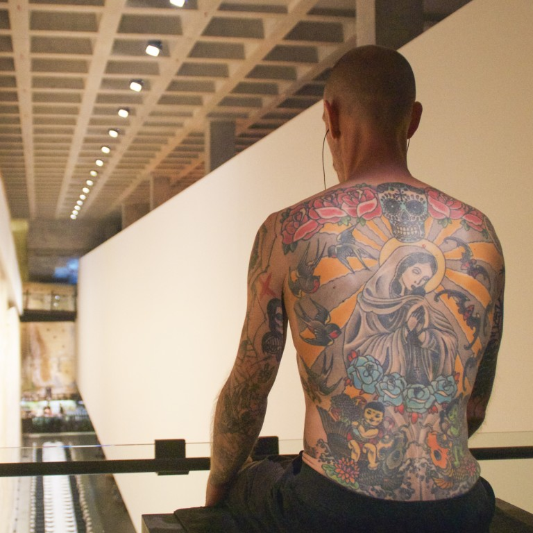 a00148567 Human artwork Tim, his back covered in a tattoo applied over two years by  Wim