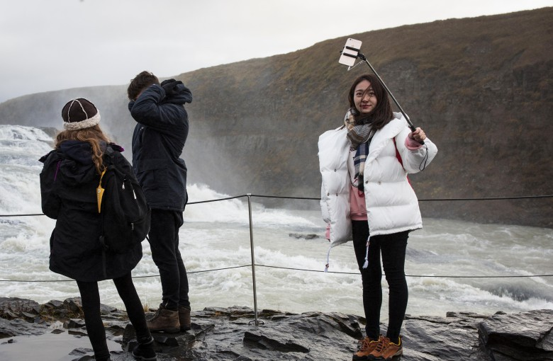Chinese tourists are ditching spending for selfies