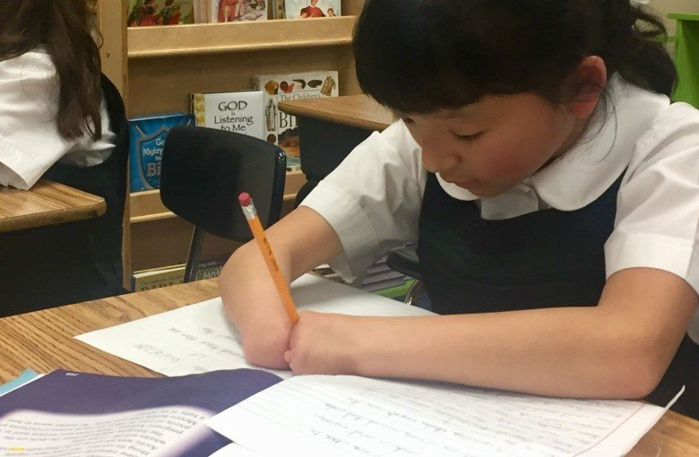 School girl without hands wins an American handwriting competition